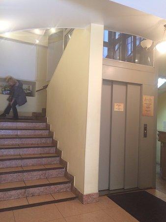 Randhouse Morskaya: Вход в гостиницу. Есть лифт!