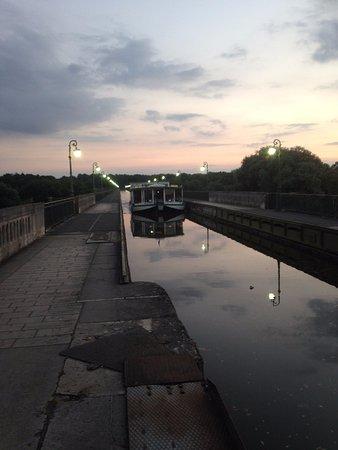 Briare, Prancis: Barco turistico pasando por el canal-puente, sobre el rio Loira.
