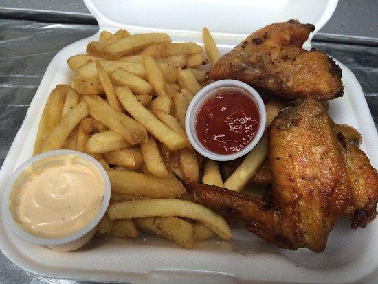 Esperanza, Porto Riko: fried chicken wings,french fries