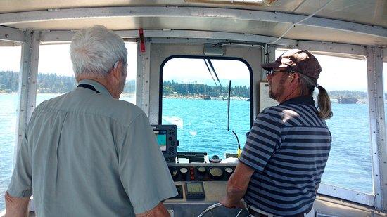Comox, Canadá: Dad & Cap'n Dan deep in discussion