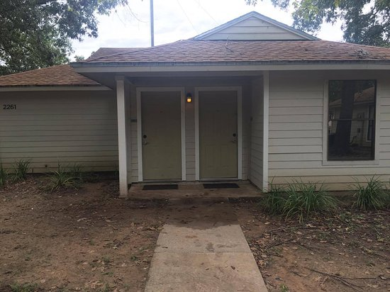 Montgomery, TX: This is the exterior of the two-bedroom cottages. Very dirty and the walkway was covered in mud.