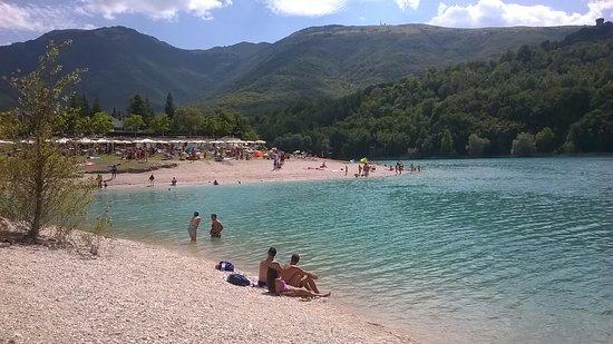 Vista del Lago di Fiastra con possibilità di noleggiare canoe, pedalo di qualsiasi genere.