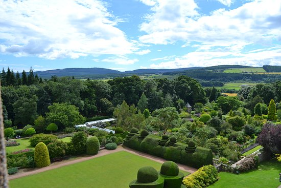 Banchory, UK: The large garden, photo taken from the Castle window