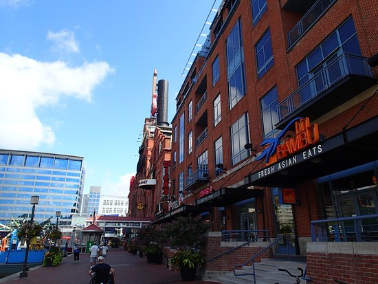 Inner Harbor: Restaurants and bars on pier