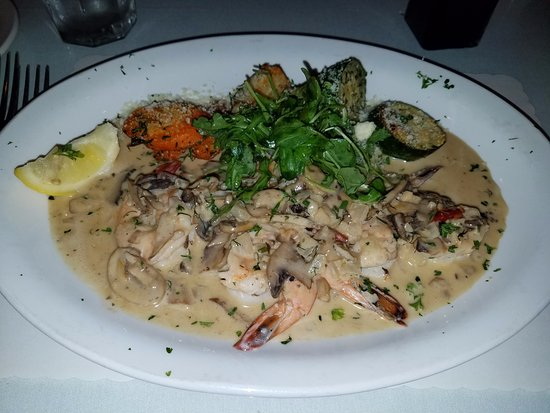Concord, Californië: GAMBERONI ALLA LUNA:jumbo prawns, garlic, mushrooms, white wine, and a touch of cream