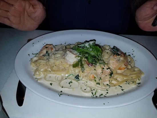 Concord, Californië: Fettucine CON GAMBERI jumbo prawns with cream sauce