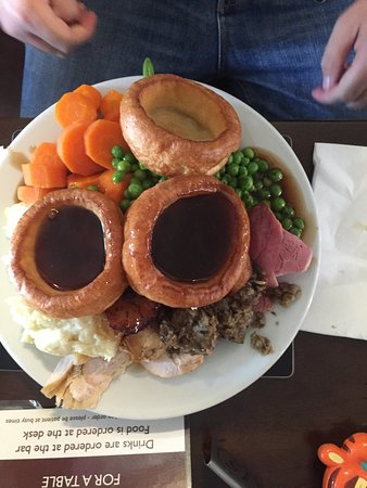 The Crown Inn: Amazingly delicious Carvery. Extremely good value. All 3 meats were tender and tasty- best roast