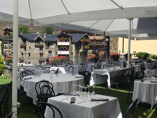 Hotel Coma Restaurant: Jardí exterior