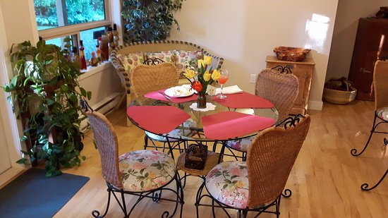 Cedar Wood Lodge Bed & Breakfast Inn & Conference Center: Charming breakfast area. There are 3 tables in total.