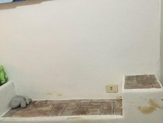 La Limonaia a Mare: Questa parete a lato del letto