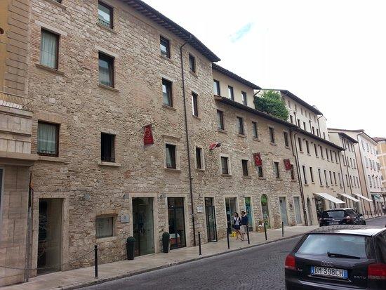Hotel Palazzo dei Mercanti: Facciata su viale Trento e Trieste