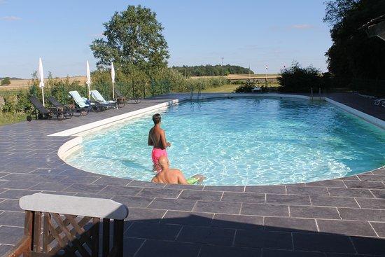 """Glenouze, Francja: Bij dit zwembad is """"handdoekje leggen"""" niet nodig !"""