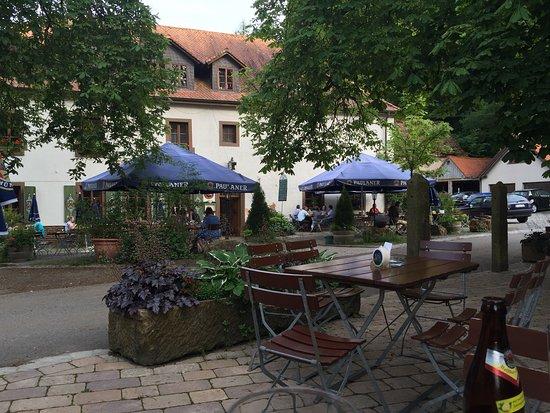 Wallhalben, Allemagne : Wunderschönes, uriges Ambiente. Im Aussenbereich sitzt man unter riesigen Kastanienbäumen.