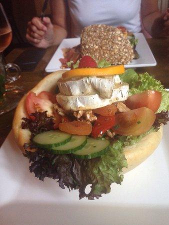 Oirschot, Paesi Bassi: Een heerlijk broodmandje met geitenkaas salade.