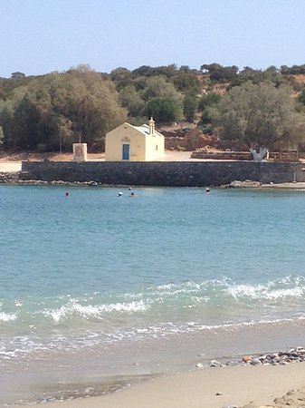 Kalo Chorio, Yunanistan: A view of the chapel on the shore of the local bay