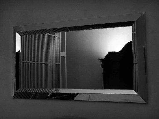 سان فيريز سويتس آند سبا: Mirror and lights