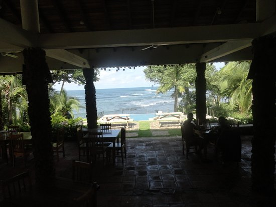 Hotel Santa Catalina Panama: View from the dining area, out over the pool to the ocean