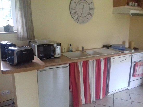 Annebault, France : un espace cuisine à disposition