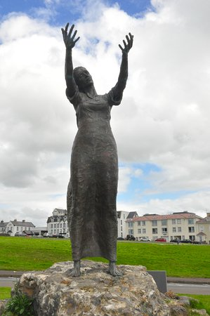 Rosses Point, Irlanda: Hotel behind statue