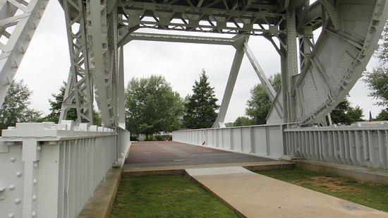 Ranville, Francia: stille getuigen aan weerszijden van de brug