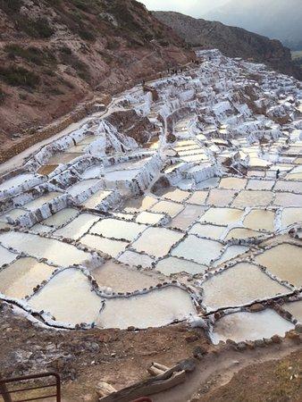 Région de Cuzco, Pérou : Inca salt flats in Mara. Still using the ancient methods.