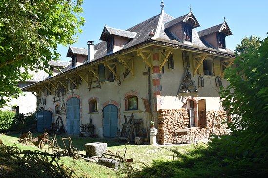Avressieux, Frankreich: Une des dépendances (avec outils anciens ) qui se visite aussi.
