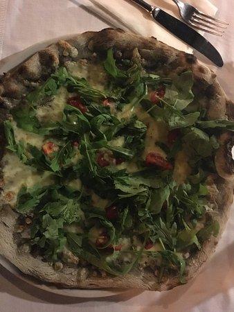 Verucchio, อิตาลี: Pizza grano arso - mozzarella, pomodorini, rucola