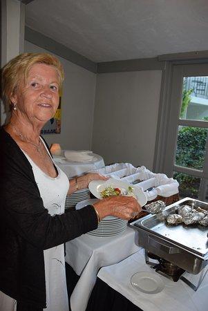 Nunspeet, Nederland: Een niet te versmaden gepofte aardappel in zilverjasje ...