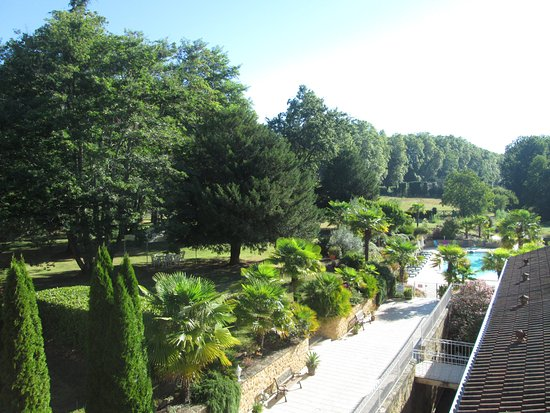 Lalinde, Francia: Gardens and Pool viewed from Breakfast Terrace