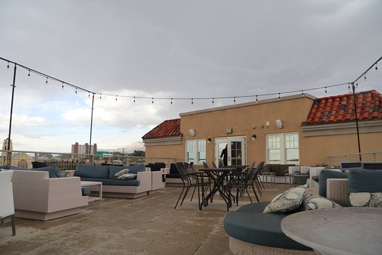 Hotel Parq Central: Rooftop Patio in the rain