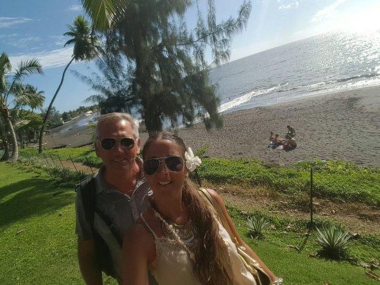 Arue, Polinesia francese: Hermoso hotel de arena negra