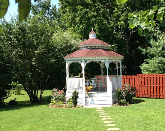 Marshfield, MO: The grounds, full of gardens and manicured beautifully await your special event - weddings, show