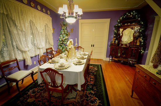 Marshfield, MO: Elegant breakfasts are always a must in the lavishly ornate Dining Room.