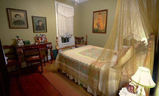 Marshfield, MO: Thomas' Room is cozy but still elegant and also has a Sleep Number bed with memory foam topper.