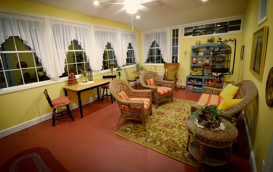 Marshfield, MO : One of the favorite rooms is the Sunroom. Many guest prefer their breakfast to be served here. Y