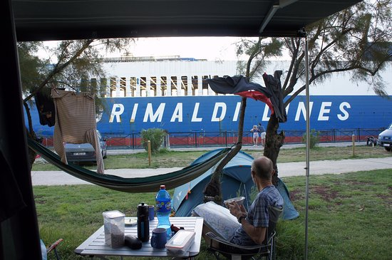 Malcontenta, Italia: camped beside the shipping canal