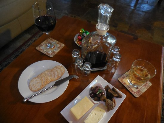 Splinters Guest House: our evening drinks, with cheese platter