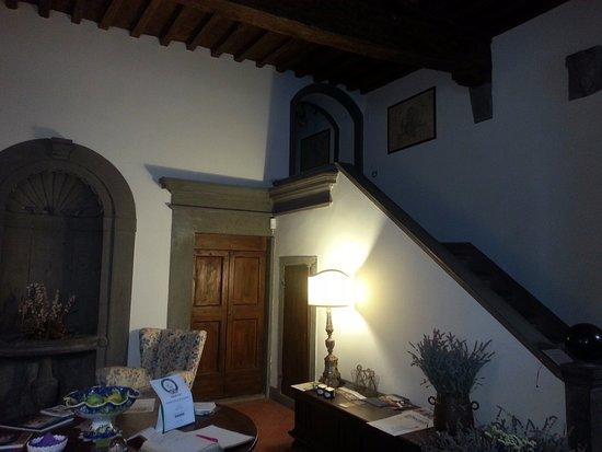 San Donato in Poggio, Italië: Reception room & magnificent staircase