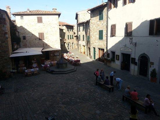 San Donato in Poggio, Italia: Locals just gather to chat in an evening