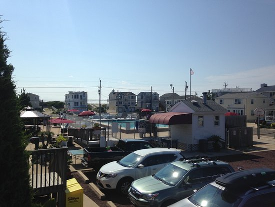 Sea Spray Motel: Pool, ping pong, foozball, picnic area - also beach is beyond houses