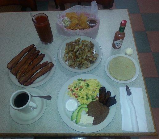 Severna Park, MD: Desayuno tipico salvadoreno with patatas fritas, bacon, & chips with salsa