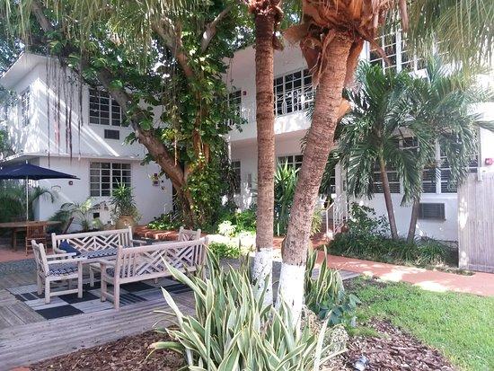 Tradewinds Apartment Hotel: vista por fuera del edificio 2, este apartment es casi una manzana completa