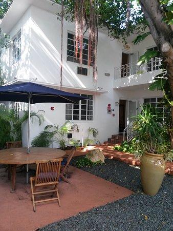 Tradewinds Apartment Hotel: vista por fuera del edificio 2