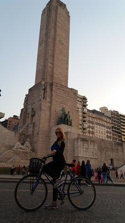 Dos Ruedas Una Huella - Bike Rosario: lo mejor andar en bici y conocer toda la ciudad..como el monumento a ntra bandera