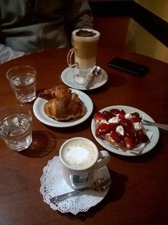 Godoy Cruz, Argentina: Capuchino, medialunas, café con leche y una exquisita tarta de frutillas