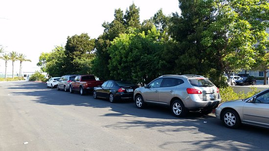 "Millbrae, Kaliforniya: Illegally parked cars along ""red"" fire route where there should be no parking!"