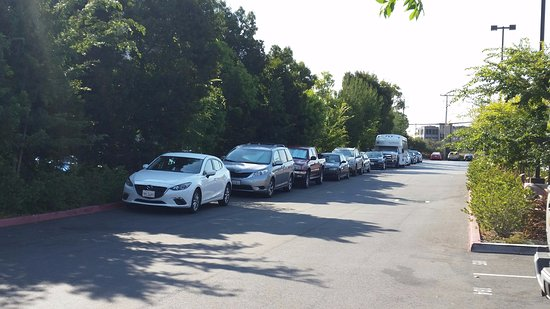 Millbrae, Kaliforniya: More illegal park cars because there was no space!