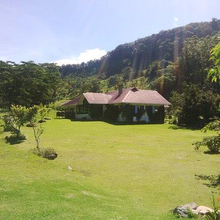 The Riverside Inn Boquete: La vista desde el jardín posterior al hotel describe muy bien la paz del lugar.