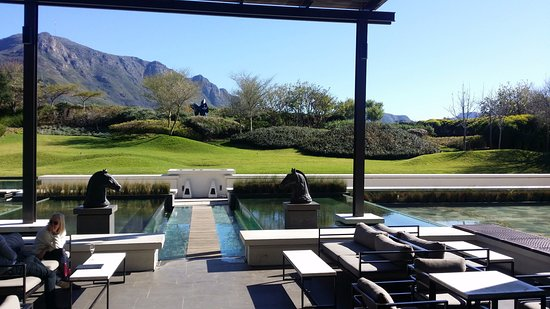 Steenberg Hotel: Wine tasting area with views on the mountain