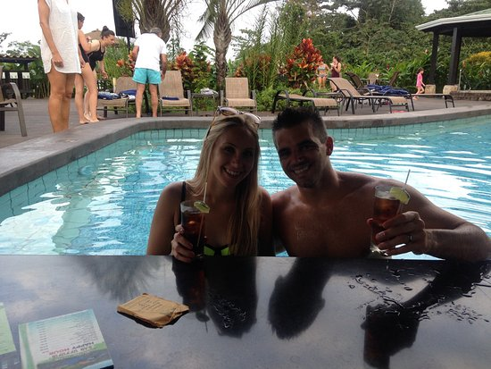 Arenal Manoa Hotel: At the second happy hour - swim up bar in hot springs pool